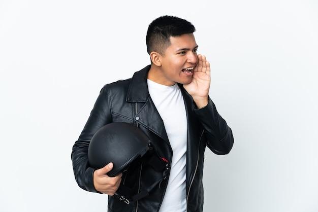 Экудорианский человек в мотоциклетном шлеме на белом фоне кричит с широко открытым ртом