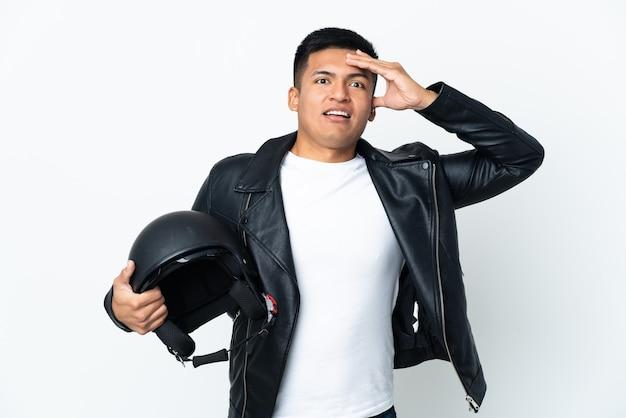 놀라운 표정으로 흰색에 고립 된 오토바이 헬멧을 가진 에콰도르 사람