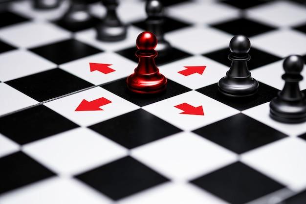 Шахматы пешки эда вышли из линии, чтобы показать различные мыслительные идеи и лидерство. бизнес технологии изменения и разрушения для новой нормальной концепции.