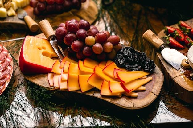 신 포도와 건포도를 곁들인 에다머형 슬라이스 더치 치즈