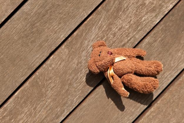 Orso vorticoso lasciato sulla veranda in legno, vista dall'alto