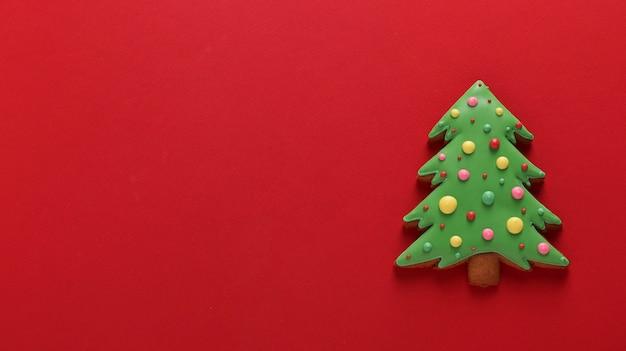 식용 크리스마스 트리, 진저 브레드, 새해 복 많이 받으세요, 빨간색 배경, 복사 공간