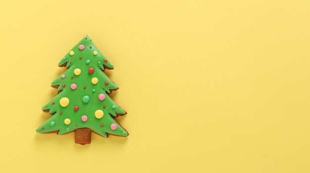 식용 크리스마스 트리, 진저 브레드, 새해 복 많이 받으세요, 노란색 배경, 가로 방향