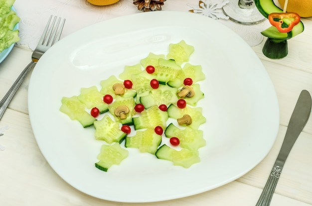 お祝いの新年とクリスマステーブルのための野菜で作られた食用のクリスマスツリー