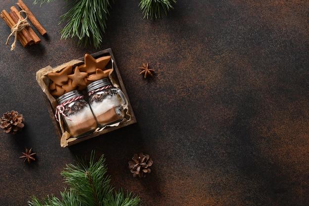 Съедобные два рождественских подарка - печенье и стеклянная банка для приготовления шоколадного напитка.