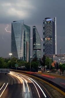 Edificios en la ciudad de mexico en dia lluvioso con un rayo al fondo