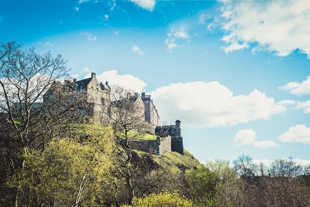 Эдинбургский замок на замковой скале в эдинбурге, шотландия, великобритания
