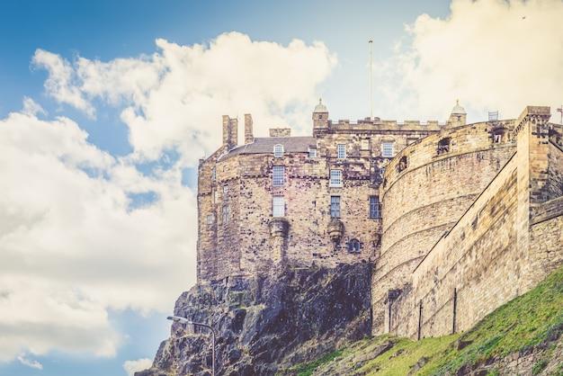 Эдинбургский замок на замковой скале в эдинбурге, шотландия,