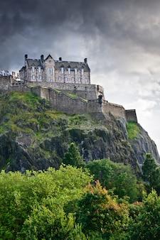 劇的な雲、スコットランド、イギリスの上のエディンバラ城