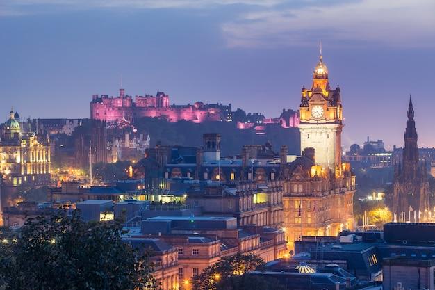 夜、スコットランド、イギリスのカールトンヒルからエジンバラ市