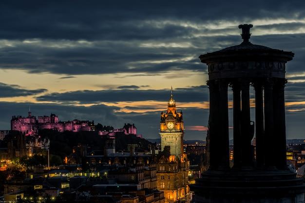 エジンバラの街のスカイラインと夜、スコットランドの城