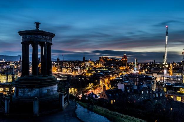Городской пейзаж эдинбурга от заката калтон-хилл в эдинбурге, шотландия, великобритания