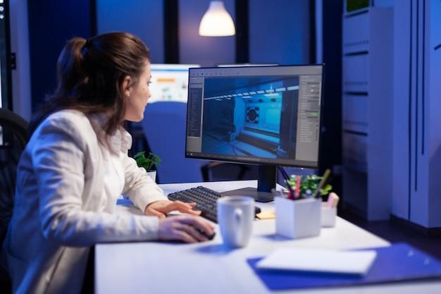 편집자는 새 영화 프로젝트를 개발하고, 늦은 밤 프로덕션 사무실에 앉아 오디오 필름 몽타주를 편집합니다. 전문 컴퓨터, 현대 기술, 네트워크 무선을 사용하는 창의적인 콘텐츠 제작자