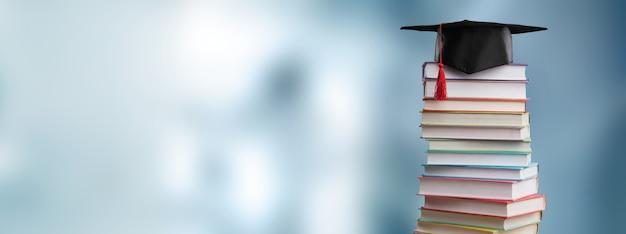 학교와 책의 매우 흐릿한 홀이 있는 교육 및 학교 개념으로 돌아가기