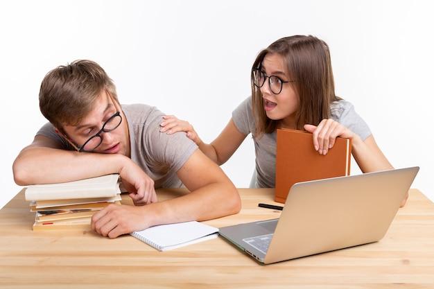 Концепция образования и людей. пара молодых людей в очках