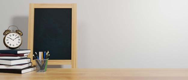 Концепция образования, 3d-рендеринг, школьные элементы на столе с книгами, канцелярскими принадлежностями, будильником, классной доской и копией пространства, 3d-иллюстрация