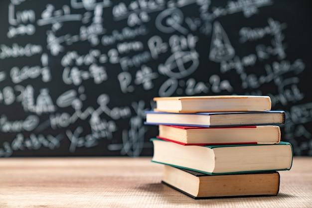 Концепция образования - книги на столе в зрительном зале