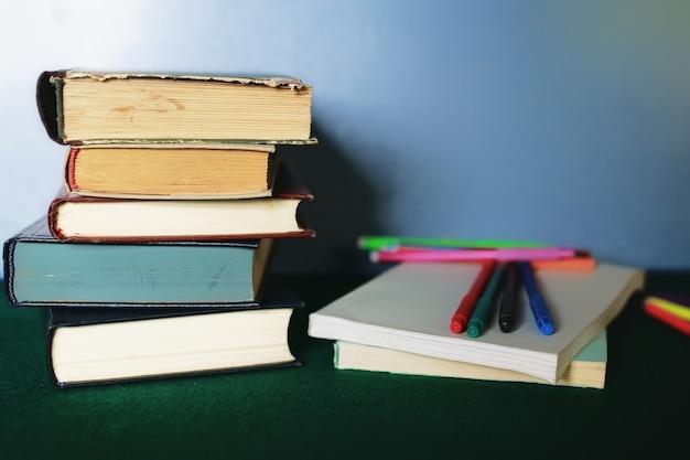 교육 개념 책 스택, 사과 및 펜