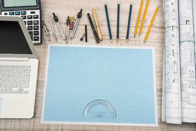 교육 개념. 밀리미터 종이와 제도, 노트북, 계산기를위한 도구가있는 수학 프로젝트