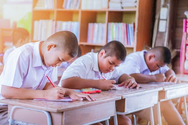 교육 개념-숙제를하거나 학교 시험을 받고 초등학교 또는 초등학교 학생들.