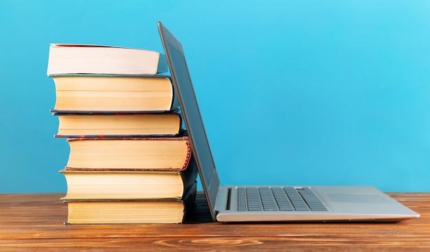 Концепция образования. стек книг и ноутбука