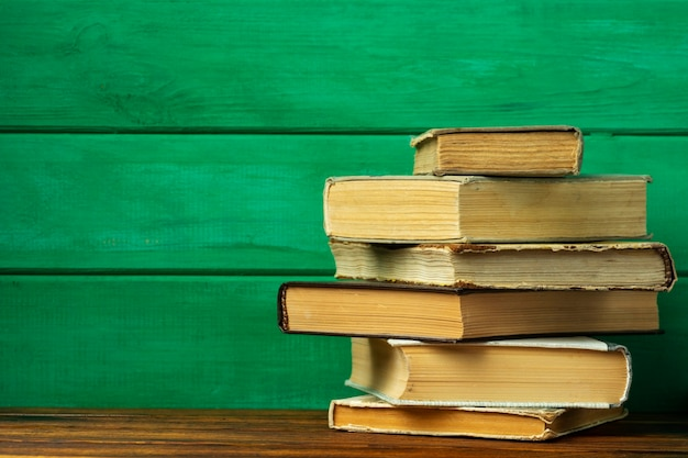 教育の概念テーブル上の古い本のスタック