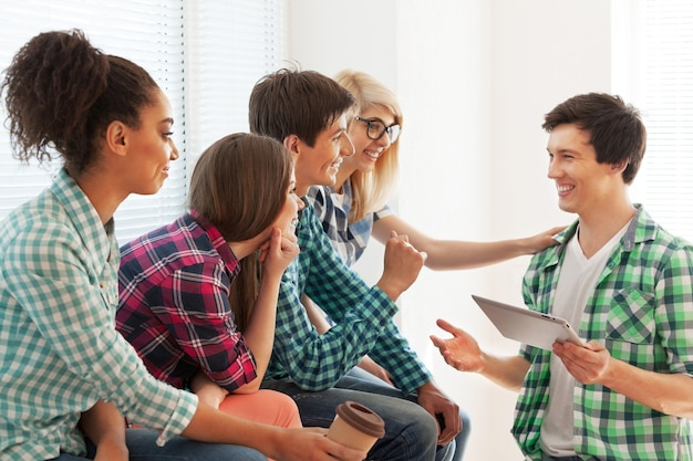 Концепция образования - студенты общаются и смеются в школе
