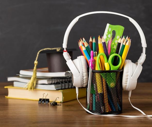 헤드폰으로 테이블에 교육의 날 배열