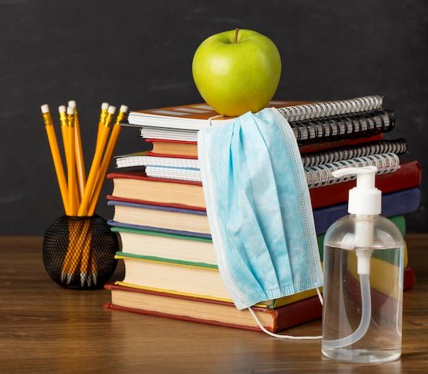 医療用マスク付きのテーブルでの教育日の配置