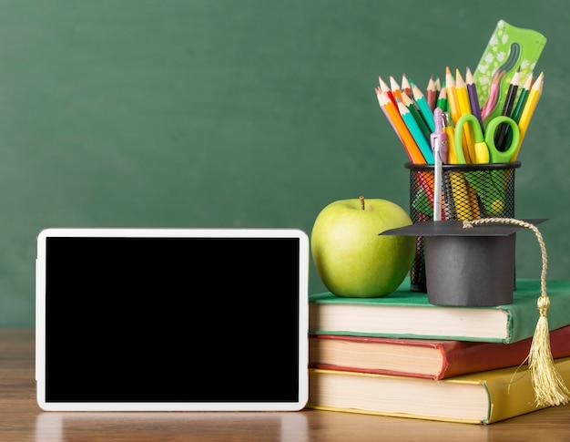 タブレットとテーブルの上の教育日の品揃え