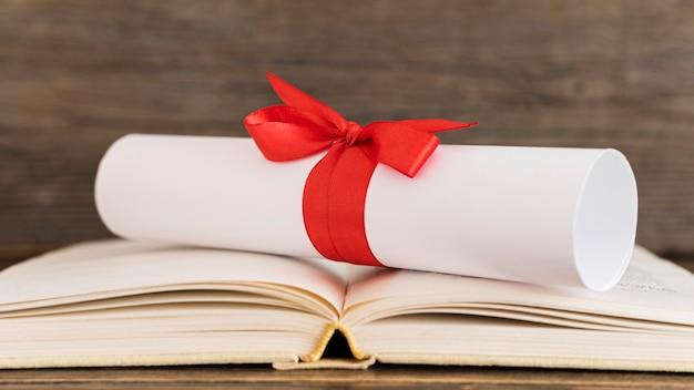 Vista frontale del certificato del diploma di istruzione