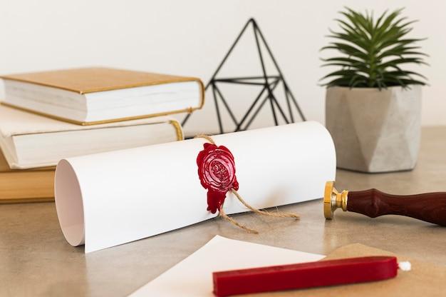 Certificato di diploma di istruzione sulla scrivania in ufficio