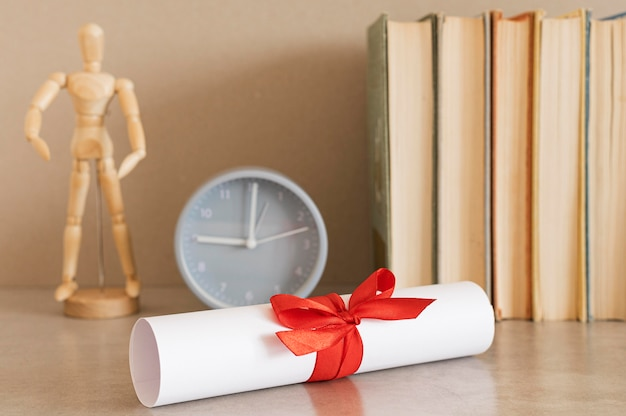 Certificato di diploma di istruzione con orologio
