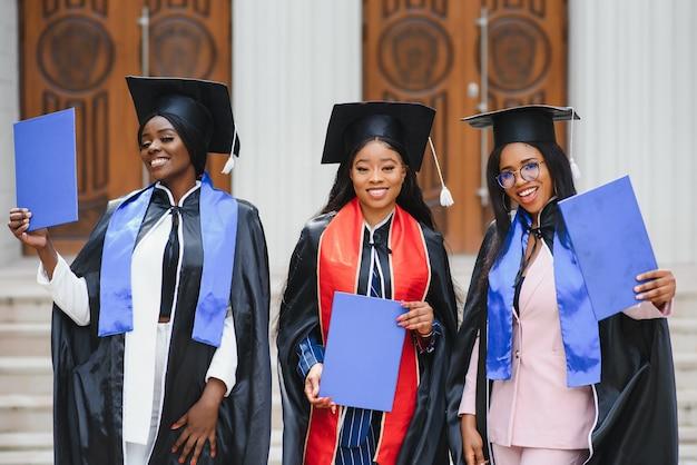Концепция образования, окончания и людей - группа счастливых иностранных студентов.