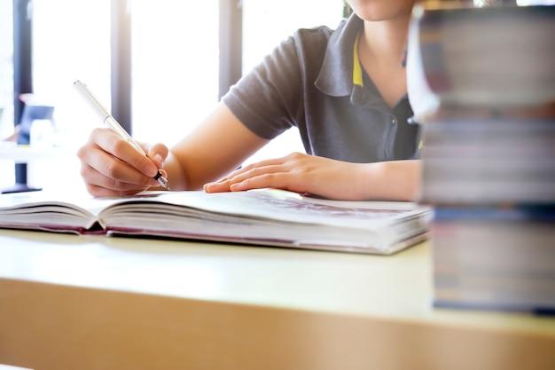 교육 아이디어 개념. 시험 읽기 및 연구.