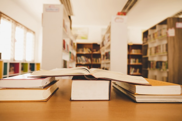 開いている本や古い図書館の教科書と教育学習の概念