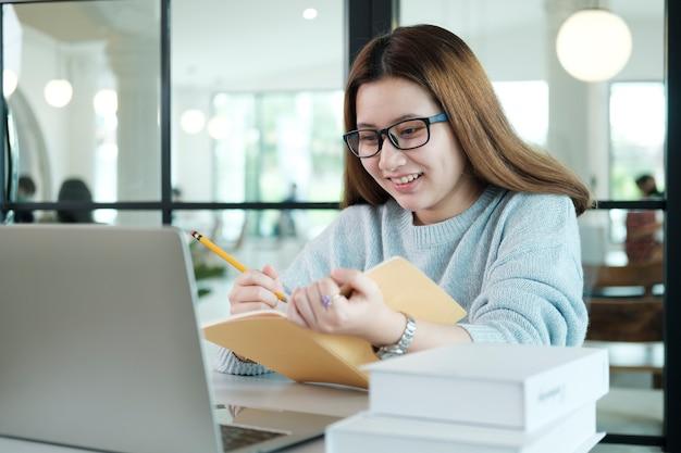 Образовательная концепция онлайн-обучения или самообучения. девушка-коллаж изучает и находит из книг и интернета в интернете.