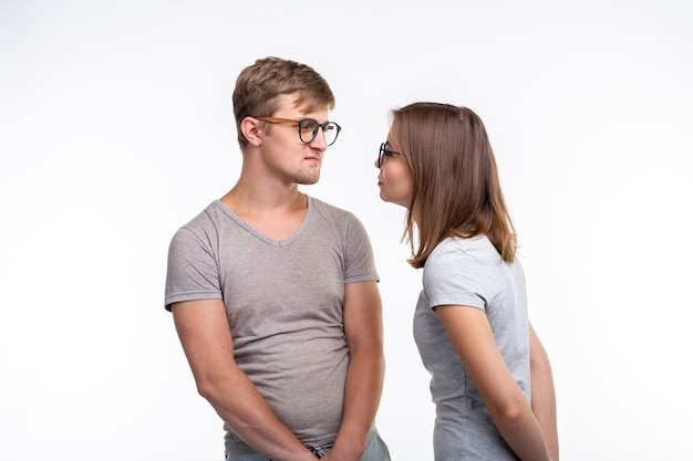 교육, 사람들 개념. 안경을 쓴 두 명의 젊은 사람들은 마치 흰색 위에 서있는 바보처럼 보입니다.