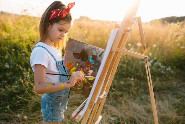 教育、学校、芸術、痛みを伴う概念-小さな学生の女の子の絵の絵