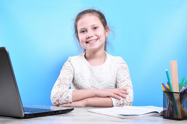 교육, 학교, 기술 및 인터넷 개념-격리에서 school.distance 학습에서 노트북 pc와 작은 학생 소녀.