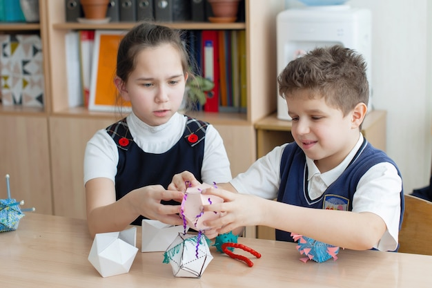 교육. 학생, 소년, 소녀, 십대들은 학교 수업에서 손으로 만든 제품을 만듭니다. 선택한 초점.