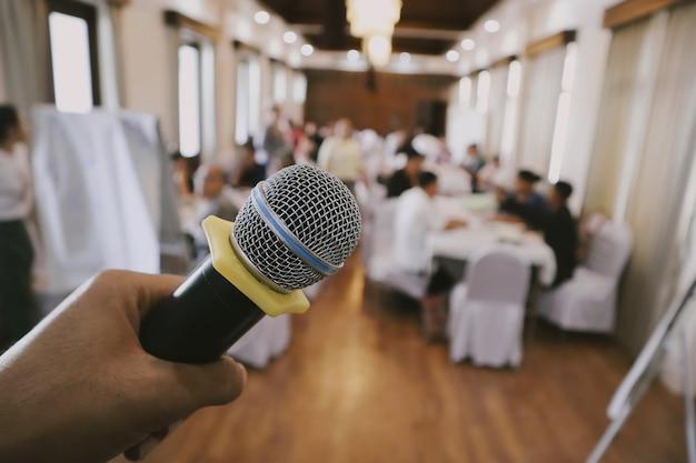 Обучение студента аудио звуковая речь в комнате семинара, размытие конференц-зала микрофона