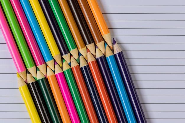교육 시간 다양한 학용품에 있는 다른 색의 문구류