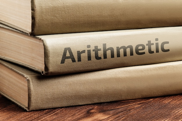算数の教育書は木製のテーブルの上にあります。