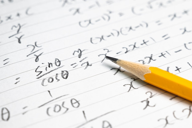 수학 공식 및 연필 교육 개념 배경. 프리미엄 사진