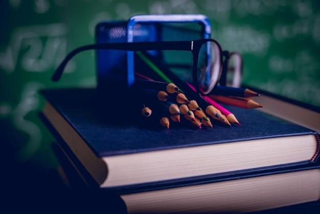 Учебное оборудование, доски и книги концепция образования с копией пространства
