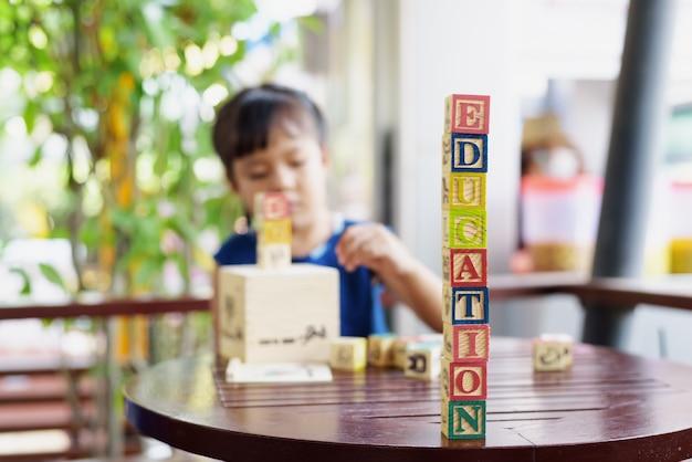 木製の立方体の小さな女の子、educational learning conceptsa