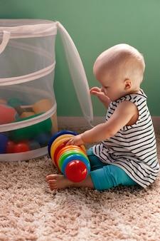어린이를위한 교육용 논리 완구. 아이는 유색 피라미드를 수집합니다. 아이의 발달을위한 몬테소리 게임. 초기 개발