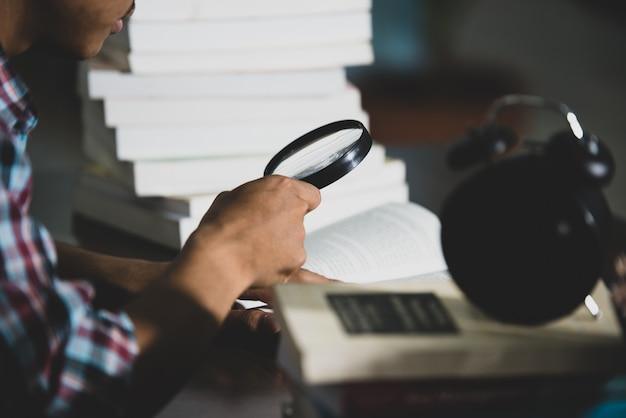 교육 테마 : 확대 학생은 돋보기를 통해 예약