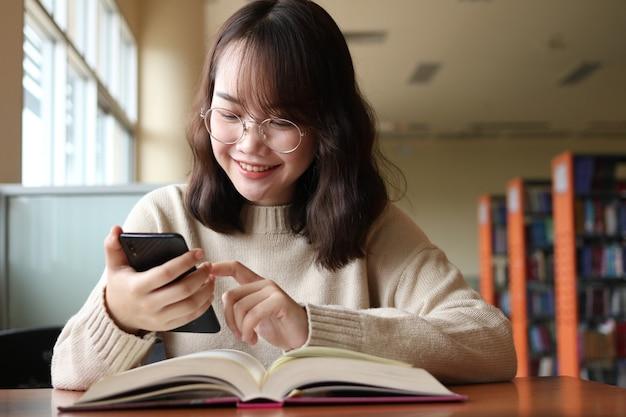 Educationwomanofficeキャンパスの友情と学校で幸せな10代の学生の人々の概念